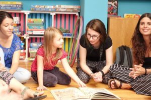 Wolontariusze IB Polska z projektów Wolontariatu Europejskiego prowadzą zajęcia z dziećmi