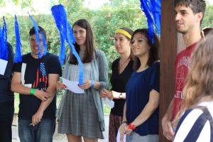 Wolontariusze IB Polska z projektów Wolontariatu Europejskiego grają z młodzież w grę edukacyjną o migarcjach, którą sami stworzyli