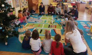 Wolontariusze projektów Wolontariatu europejskiego / Europejskiego Korpusu Solidarności prowadzą zajęcia w przedszkolu w Krakowie