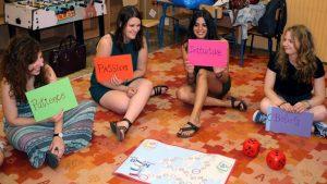 Zagraniczni wolontariusze projektów Wolontariatu europejskiego / Europejskiego Korpusu Solidarności prowadzą zajęcia z przedsiębiorczości w szkole podstawowej