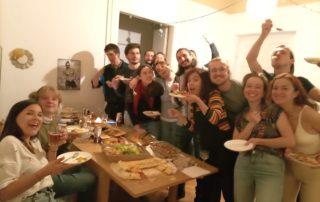 Ekologiczne wyzwanie wolontariuszy Europejskiego Korpusu Solidarności - na zdjęciu podsumowanie wegetariańskiego tygodnia - wege kolacja i jej uczestnicy z różnych krajów
