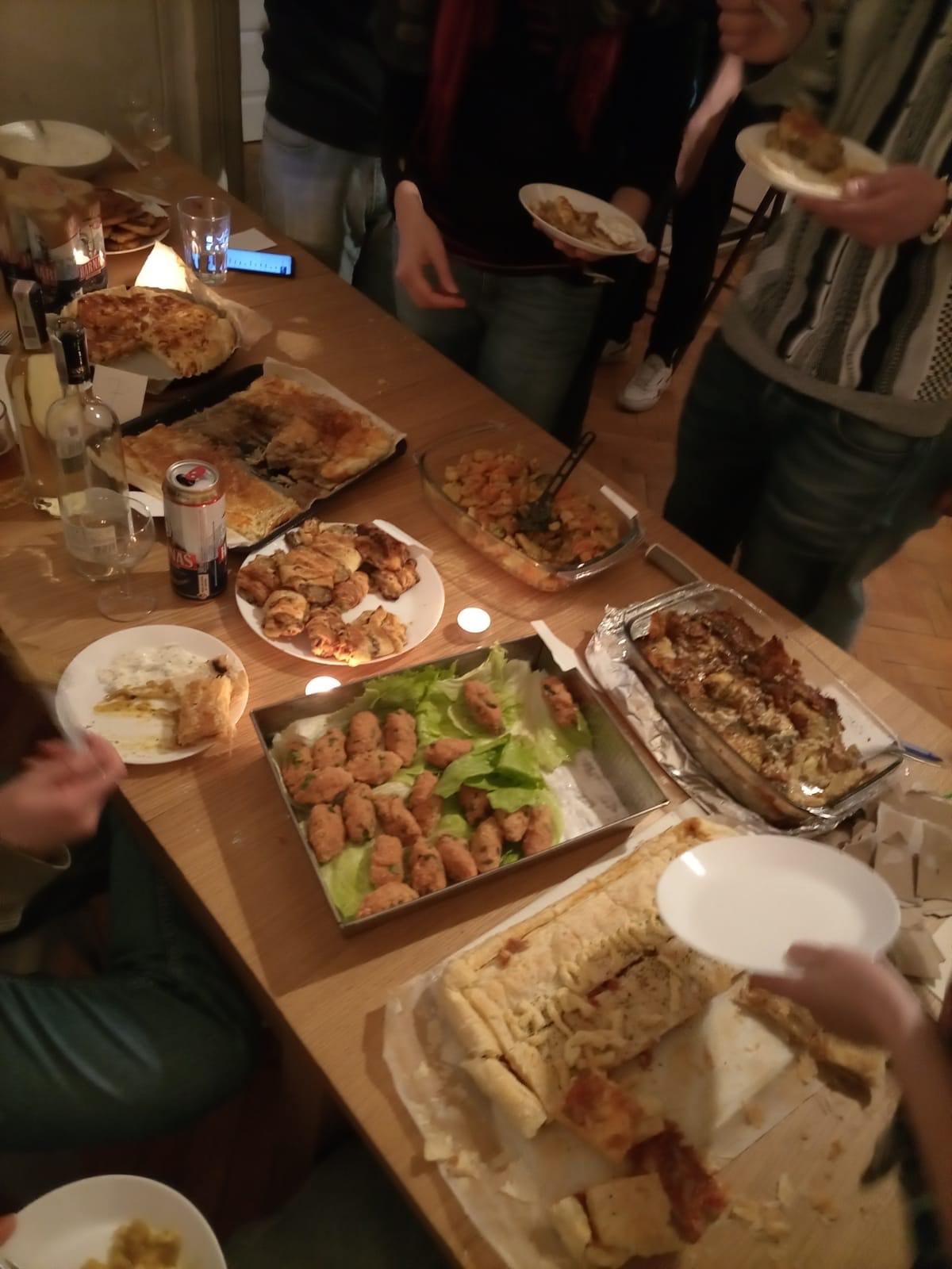 Ekologiczne wyzwanie wolontariuszy Europejskiego Korpusu Solidarności - na zdjęciu podsumowanie wegetariańskiego tygodnia - wege kolacja, którą przygotowali uczestnicy z różnych krajów