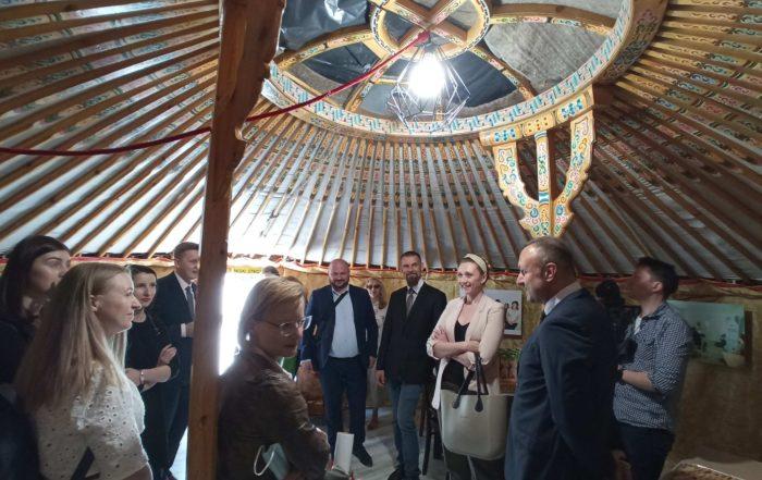 Otwarcie punktu konsultacyjnego w jurcie mongolskiej - na zdjęciu przedstawiciele różnych organizacji w środku jurty