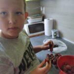 Asystent osobisty osoby z niepełnosprawnościami - podopieczny Mikołaj przygotowuje z asystentką koktajl truskawkowy