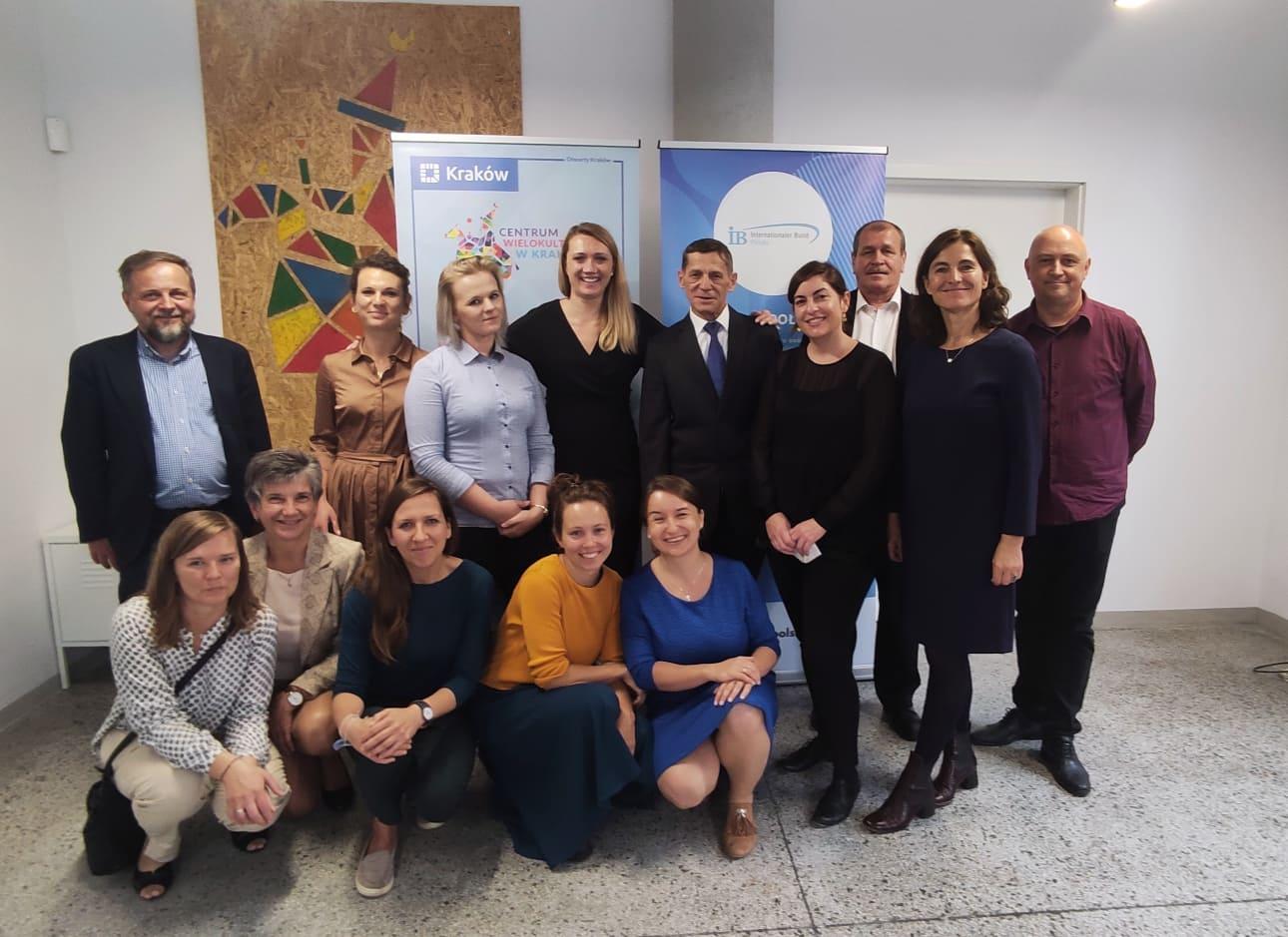 Część zespołu Fundacji IB Polska podczas oficjalnego otwarcia nowej siedziby w Krakowie (zdjęcie grupowe)