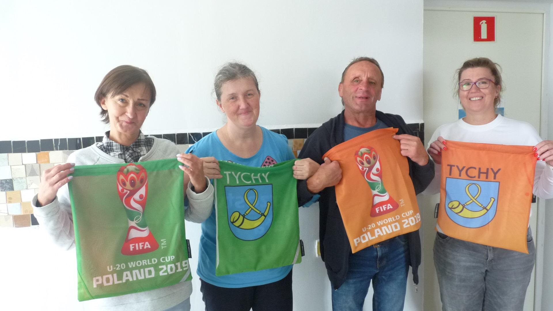 Worki szkolne z flag Mistrzostw Świata U-20 i uczestnicy warsztatu krawieckiego w CIS w Tychach IB Polska